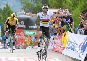 Alejandro Valverde celebra el triunfo en la etapa.