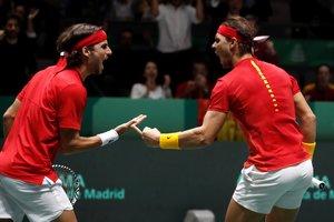 Rafa Nadal (d) y Feliciano López celebran un punto en el partido de dobles ante Gran Bretaña.