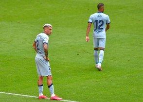 Los jugadores del Atlético Giménez (i) y Lodi se lamentan durante el partido ante el Athletic.