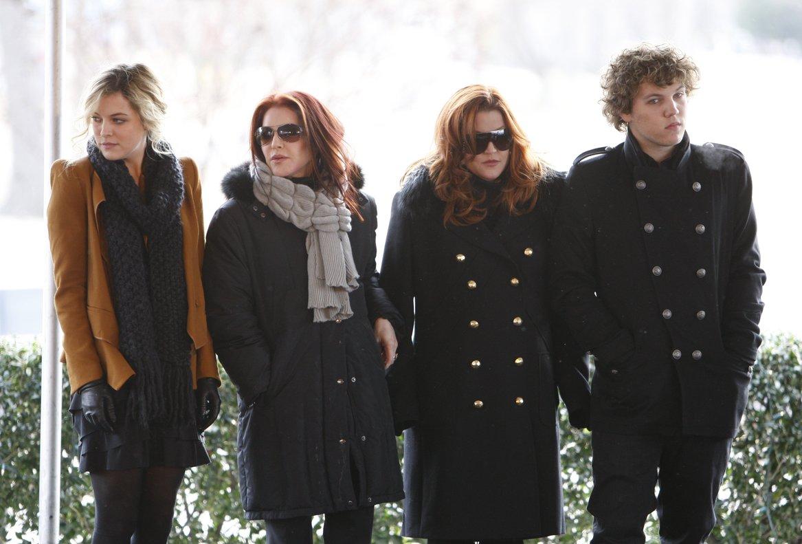 Imagen de archivo de, Priscilla Presley, segunda por la derecha, su hija, Lisa Marie Presley, segunta por la izquierda, y los hihos deLisa Marie's, Riley Keough, a la izquierda, yBenjamin Keough, a la derecha.