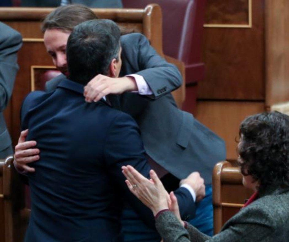 """El abrazo de Sánchez e Iglesias: """"Bien está lo que bien acaba"""""""