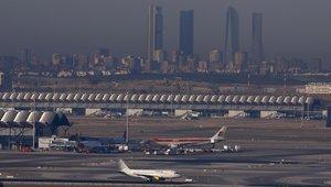 Vista del aeropuerto de Barajas con Madrid de fondo.