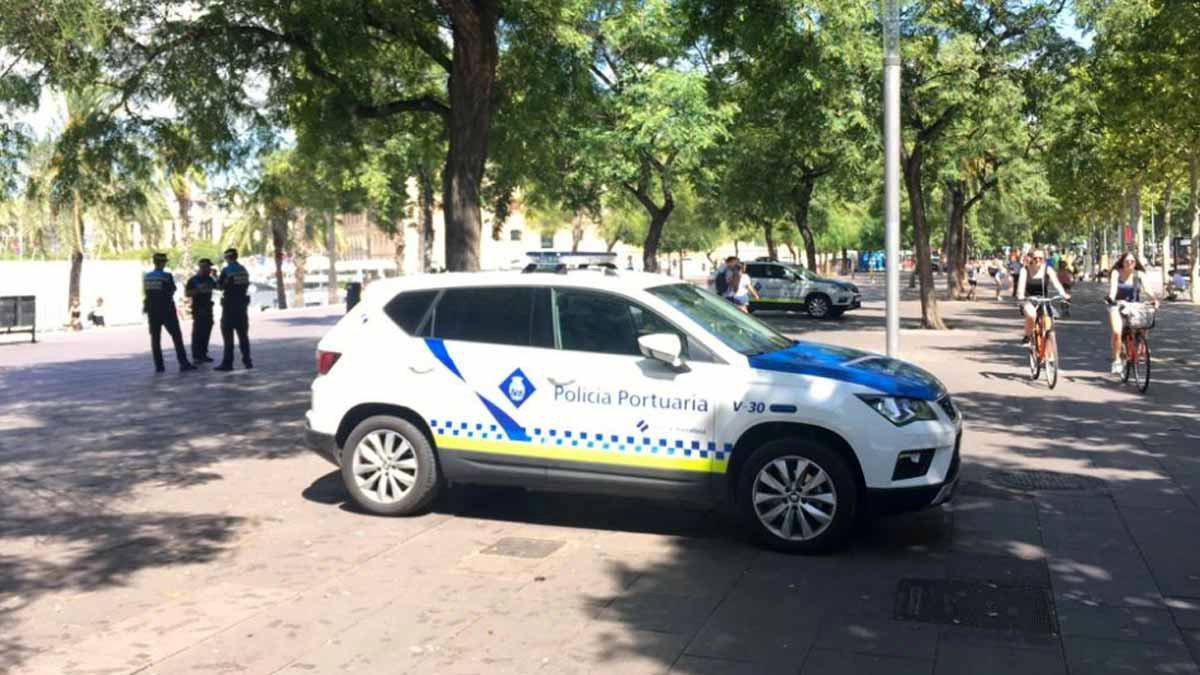 Agentes de la Policía Portuaria en el paseo de Joan de Borbó, en el operativo contra el 'top manta'.