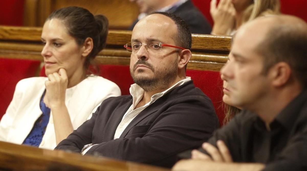 Alejandro Fernández (en el centro de la foto), el pasado miércoles en el Parlament.