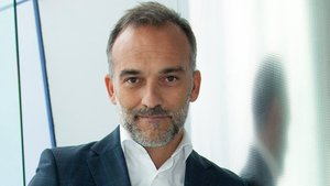 Ángel Bonet es chief sales & marketing en Minsait, y cuenta con más de veinticinco años de experiencia en innovación, marketing y ventas.