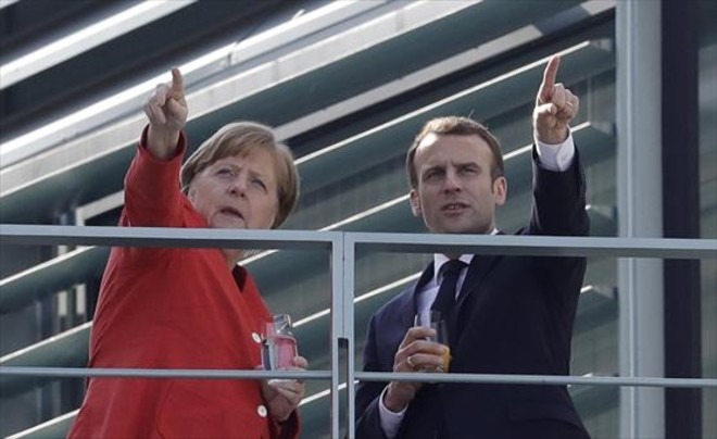 Angela Merkel recibe a Emmanuel Macron, ayer en el Palacio de Berlín, de la capital alemana.
