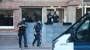 Agentes de los Mossos, en uno de los registros en Barcelona.