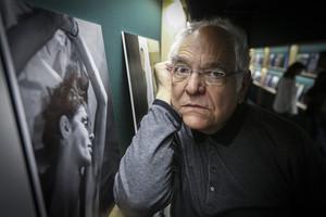 El fotógrafo Antoni Bernad posa junto a sus retratos en la exposición.