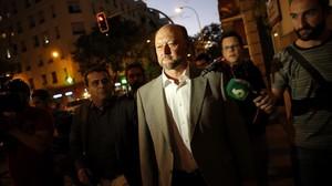 Antonio Pradas, este miércoles, frente a la sede del PSOE en la calle Ferraz de Madrid.