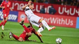 El armenio Hovsepyan comete penalti sobre el macedonio Bardhi.