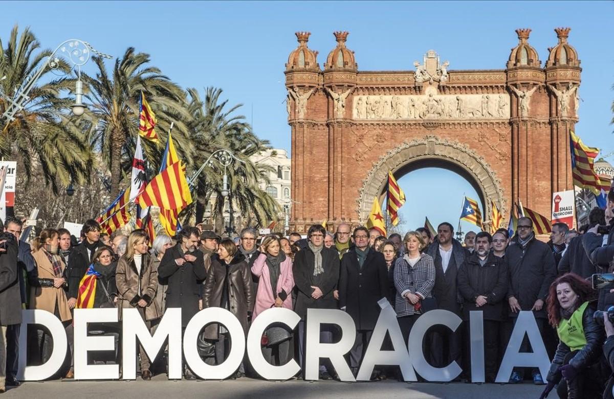 Artur Mas, Joana Ortega y Irene Rigau posan en el Arc del Triomf antes de su declaración en el TSJC.
