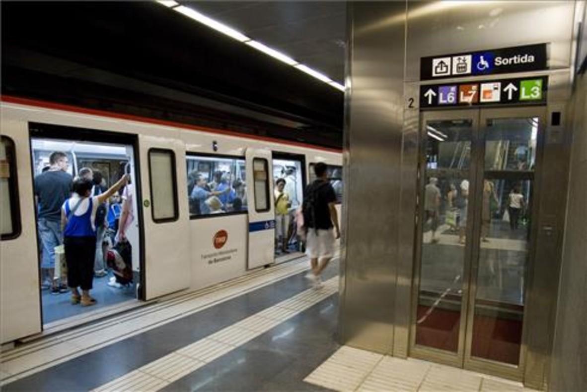 Ascensor en el andén de metro de Diagonal para acceder al vestíbulo de la línea 5.