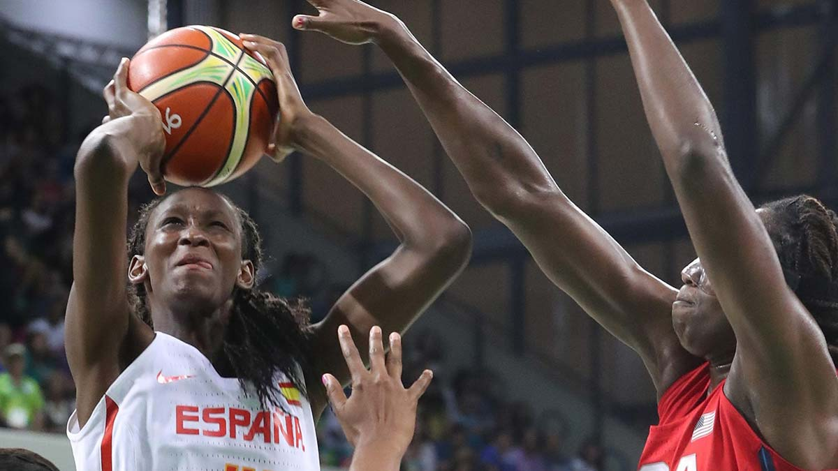 Astou Ndour MVP y oro del último Eurobásket con la selección española: 'Me decían si tenia pintura en mi piel o me llamaban mono'
