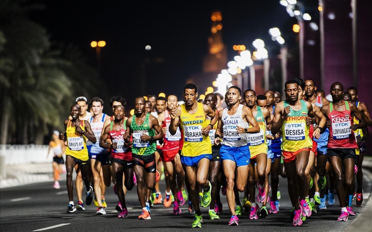 Atletas compitiendo en el maratón de los Mundiales de Doha