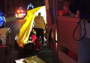 Los servicios de Emergencias atienden a la víctima del atropello.