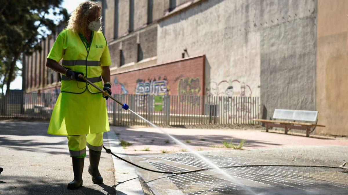Barcelona refuerza la limpieza para luchar contra el coronavirus.