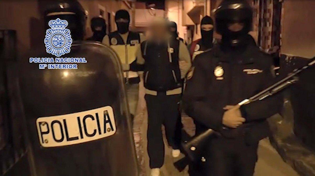 GRA032 MADRID, 10/3/20015.-Imagenes facilitadas por la Policia Nacional de la detención de una de las dos personas detenidas en la operación contra el terrorismo islamista que se está llevando a cabo en Ceuta.Desde las cuatro de esta madrugada los agentes de la Comisaría General de Información de la Policía Nacional desplazados desde Madrid han ocupado varias zonas de la barriada acompañados por agentes de la Jefatura de la Policía Nacional de Ceuta.El operativo se centraliza en varias viviendas de este núcleo de población, situado junto a la frontera con Marruecos y que ya ha sido escenario de anteriores operaciones de estas características.Estos dos presuntos yihadistas, según una nota de Interior, formaban parte de una célula plenamente preparada y dispuesta para atentar en el territorio nacional. EFE