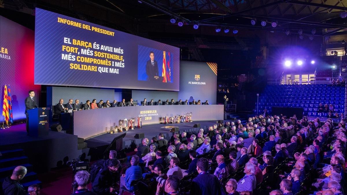 Bartomeu se dirige a los compromisarios en la asamblea del Barça