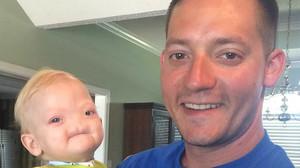Emotiu missatge de comiat d'un pare al seu fill sense nas