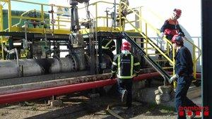 Bomberos trabajan en las instalaciones de la petroquímica.