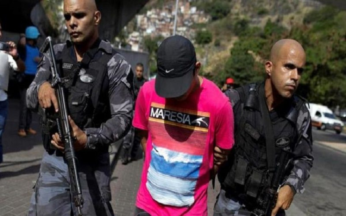 La policía de Brasil detiene a un joven en un operativo.