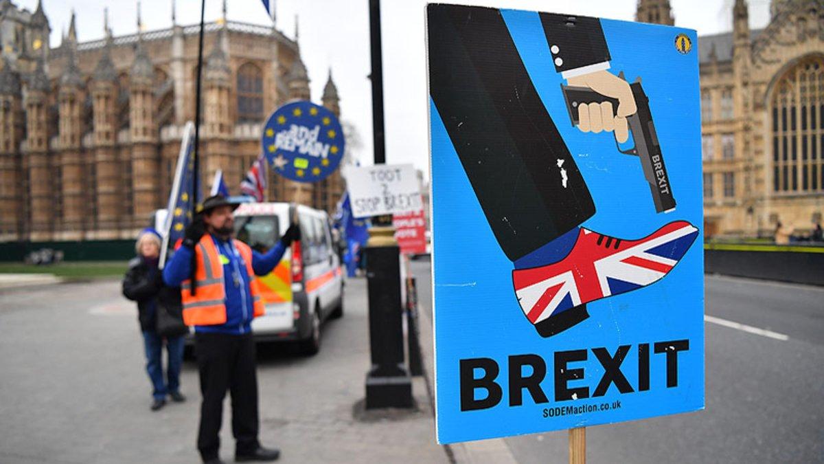 Cartel contrario al brexit ante el Parlamento británico en Londres.
