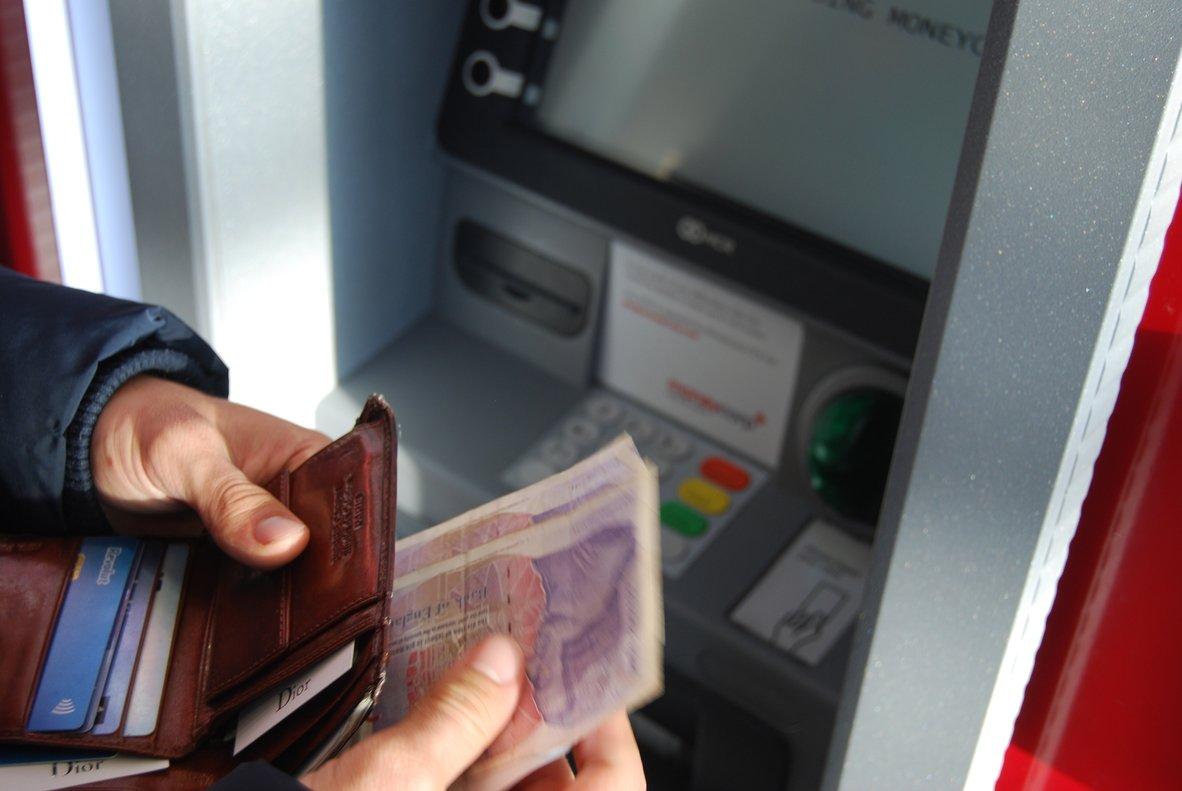 El viajero deberá conocer qué es mejor con su entidad: retirar dinero o pagar con tarjeta