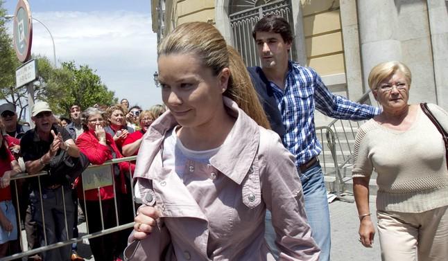 Una imagen de archivo de Campanario, en la que aparece saliendo de la Audiencia Provincial de Cádiz acompañadade Jesulín y de su madre,en mayo del 2011.