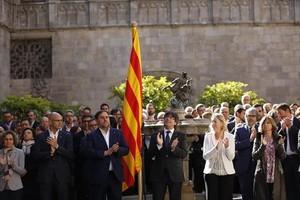 Carles Puigdemont y el Govern en pleno, en el Pati dels Tarongers.
