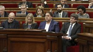 El president Carles Puigdemont, junto al vicepresidente Oriol Junqueras, laconsellera Neus Munté y el conseller Raül Romeva, en el Parlament.