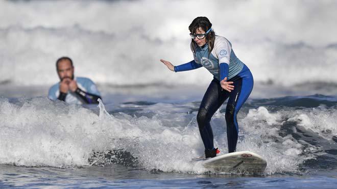 Carmen López es invidente y es la primera surfista española en participar en el Mundial de Surf Adaptado.