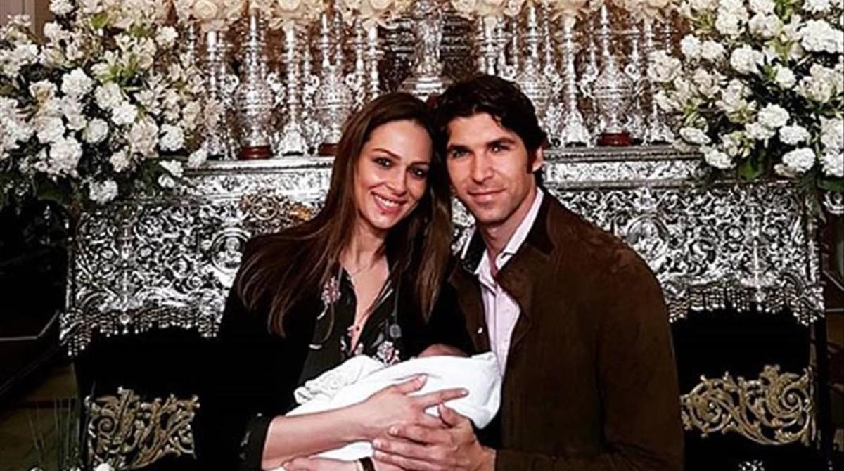 Eva González y Cayetano Rivera posan con su hijo Cayetano en la madrugá de Sevilla, el pasado Jueves Santo.