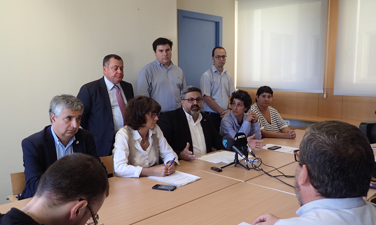 En el centro el jefe del grupo municipal de CiU en Mataró, Joaquim Fernàndez, en el momento de anunciar la salida del gobierno. En primera fila los concejales Josep Maria Font, Núria Calpe, Isa Martínez y Dolors Guillén.