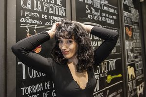 Chanel Terrero, frente a la pizarra del restauranteMussol de la calle de Casp.