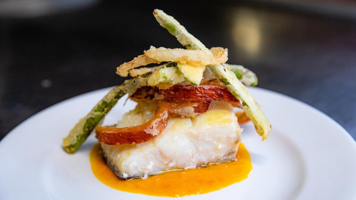El chef Fran Sedeño, de Bar El Zorrito, explica cómo hace la receta de bacalao confitado con mermelada de pimiento y verduras en tempura.