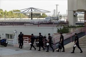 Varios agentes de la Policía Nacional,en el centro de internamiento de inmigrantes de Sangonera (Murcia), en una imagen del año pasado.