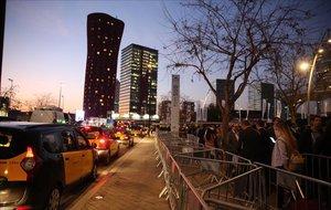 Colas para coger taxi en el exterior del recinto ferial del Mobile World Congress.