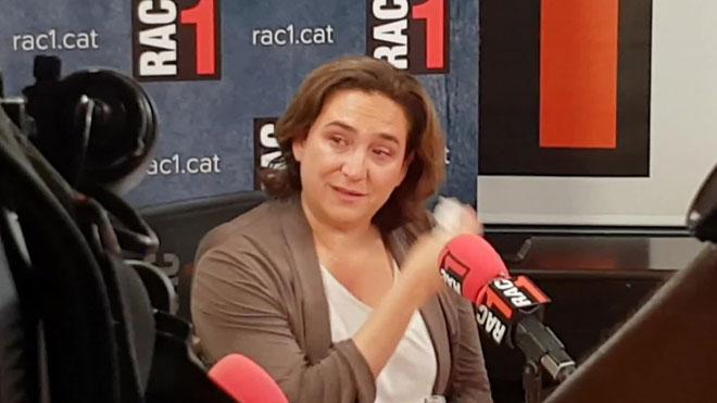 Colau se emociona durante una entrevista en la radio (RAC1).