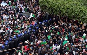 Un cordon policial separa a dos grupos de estudiantes argelinos que protestan contra la decision del presidente del pais Abdelaziz Buteflika de optar a un quinto mandato