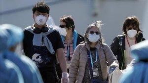 Pasajeros en un control sanitario tras desembarcar del crucero Diamond Princess en Yokohama, al sur de Tokio.