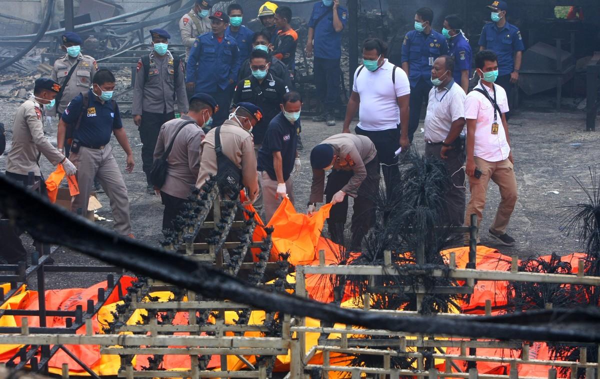 Cuerpos policiales limpiando los escombros que ha dejado la explosión en la fabrica de fuegos artificiales en Indonesia