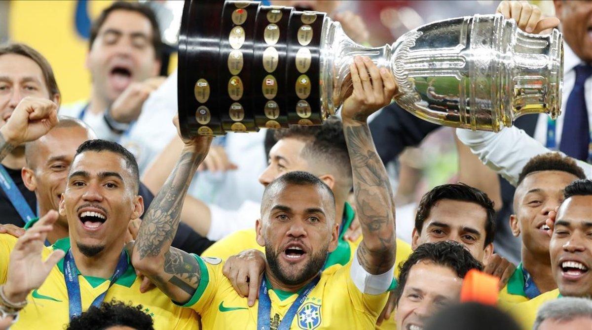 Dani Alves exhibe exultante el trofeo de la Copa América.