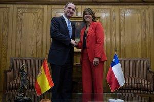 La ministra de Justicia de España, Dolores Delgado se reunió con su homólogo chileno, Hernán Larraín , en Santiago.