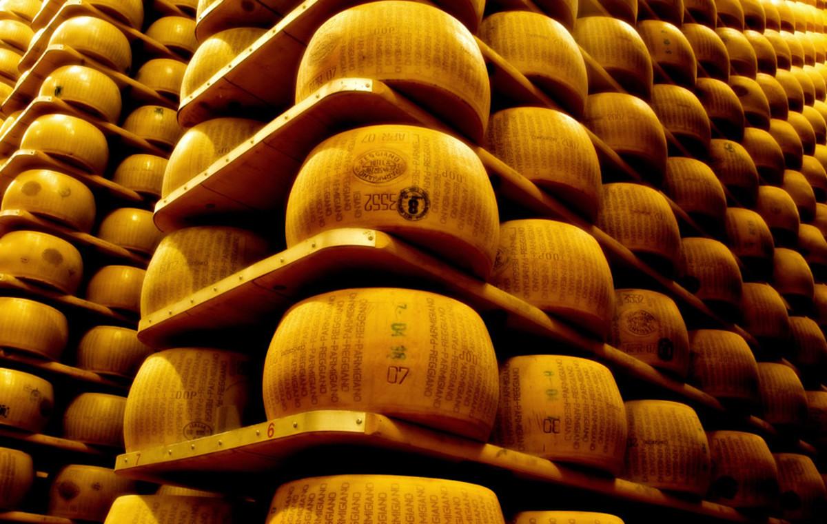 Depósito donde maduran centenares de ruedas de Parmigiano Reggiano.