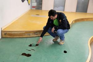 Desperfectos del interior de la biblioteca Can Casacuberta de Badalona