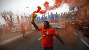 Trabajadores de Alcoa se manifiestan por las calles de A Coruña en contra del ERE para 686 empleados que plantea la multinacional.