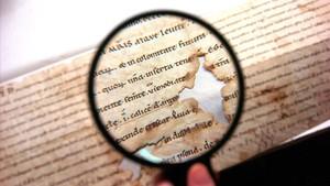 Detalle de un libro del 957a través de una lupa