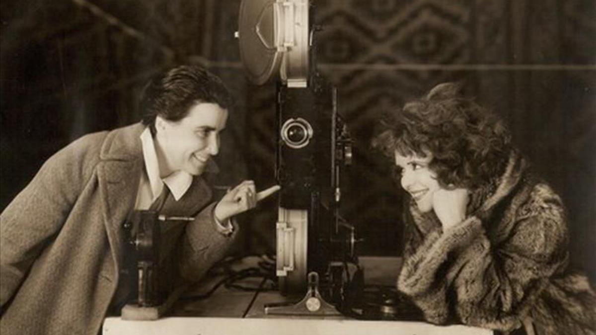 La directora estadounidense Dorothy Arzner, con la actriz Clara Bow
