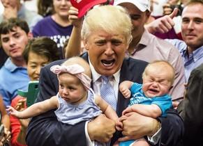 Dos bebés llorando, en brazos de Trump, el 29 de julio en Colorado Springs.