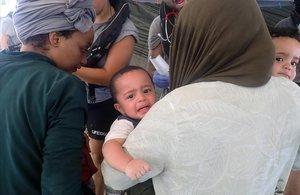 Dos bebés y varios adultos inmigrantes rescatados por Open Arms.